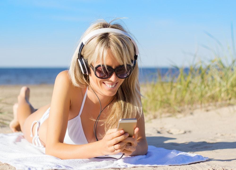 Jak bezpiecznie korzystac z iPhonea na plazy